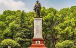 實拍邱少雲墓地,朱德元帥題寫碑名,64年後弟弟塑像前祭奠