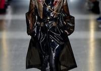 不愧是超模!劉雯身著休閒黑色套裝走機場,素顏也格外的有範兒