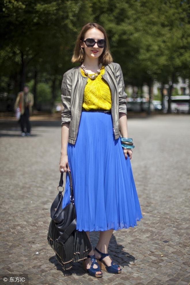 白色大圓領T恤搭配藍色疊邊裙子 大馬尾垂下的劉海非常好看