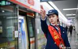 地鐵乘務員顏值爆表,堪比當紅明星,不愧為地鐵女神