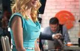 女星海瑟·格拉漢姆穿短裙參加節目,網友:這裙子敢走臺階?