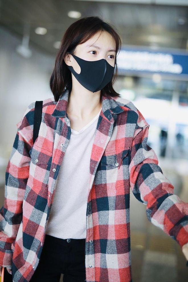 金晨素顏現身機場口罩遮面,隨性穿搭似路人