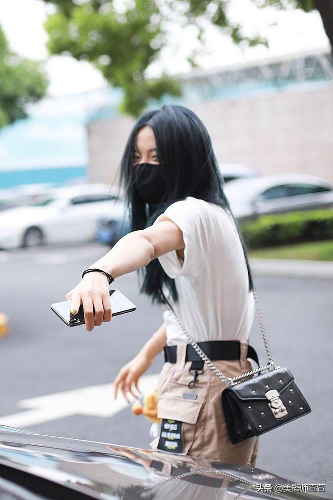 楊超越上海街頭外出,穿短褲口罩遮面頭髮展現隨性凌亂美