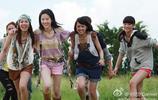 劉亦菲早期一組廣告花絮照,休閒條紋T草地上跑步,迎接美好春天
