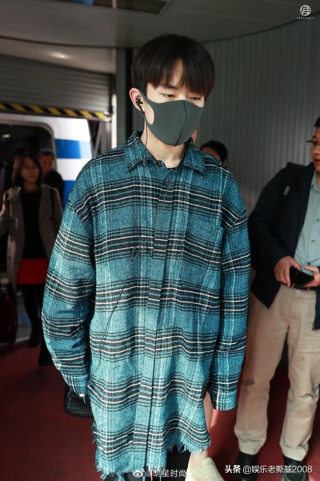 易烊千璽現身北京機場,一身休閒裝扮,清新俊朗的讓人眼前一亮