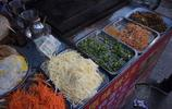 西安的煎餅卷菜十幾個菜隨便夾,3元一個省錢有營養,大夥都愛買