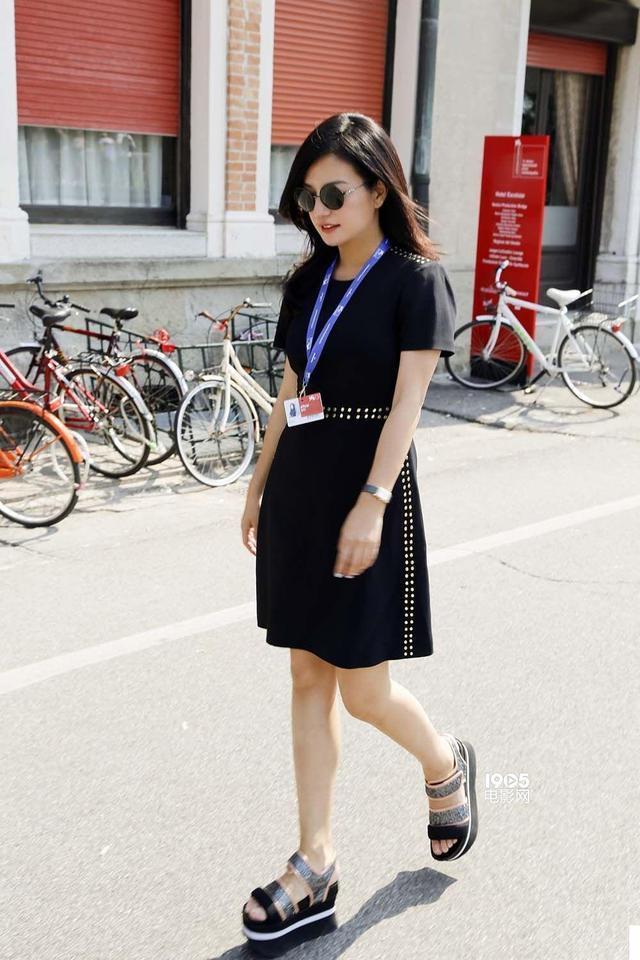 趙薇這組巴黎街拍沒毛病,少女薇迴歸,但和范冰冰的街拍沒法比