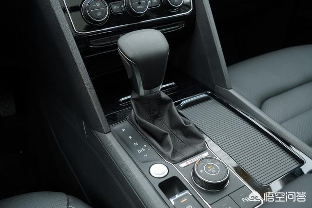 自動擋車在等紅燈時可以在D擋一直踩著剎車嗎?有必要掛N擋嗎?