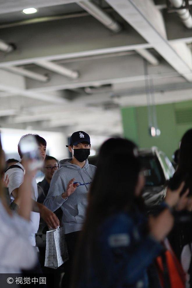 魏大勳蒙面現身機場潮裝上陣 獲迷妹接機揮手散發暖男光環