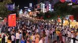 國慶中秋長假來臨,桂林陽朔西街夜晚人潮湧動,熱鬧非凡