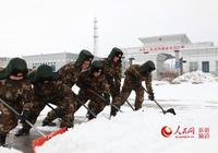 新疆阿勒泰吉木乃口岸邊檢站官兵及時清雪保通關