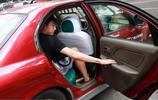 男足集結:馮瀟霆開豪車現身,與裡皮擁抱