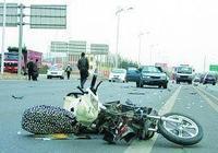 朋友車停家門口,一中年婦女騎電動車撞上去把自己撞死了,朋友要賠一百多萬,你怎麼看?