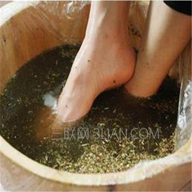 注意在家用艾草泡腳祛溼氣的,泡錯方法傷害更大,這才是正確方法