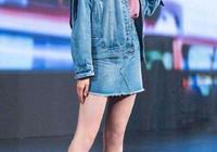 機場偶遇關曉彤,看到路人鏡頭下她的腿,網友:這才是正常人的腿