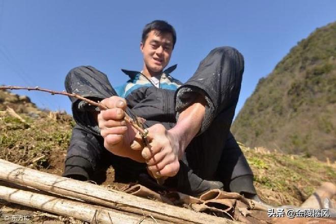 29歲小夥天生沒有雙臂,賣當地特產純利6萬,網友:你強困難就弱