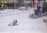"""一組動圖警示你:千萬不要在馬路上""""嘮嗑"""",說話功夫事故就來"""