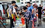 """青島小哥早市賣海鮮 黑頭魚22元一斤""""量身定製""""服務好買賣紅火"""