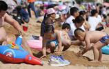 雙休日數萬遊人擠進青島海水浴場洗海澡,喝著青島啤酒看大海好爽