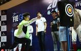 董力出席擊劍世界盃活動 矇眼擊劍與小選手親切互動