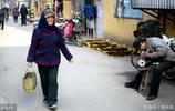 88歲農村老太每天往返30公里進城賣野菜 自食其力為兒女減負