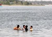 """在石家莊,有種""""不要命""""叫——抱著孩子在滹沱河裡野泳!"""