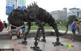 濟南廢鐵變身動物雕塑現身泉城廣場 吸引市民圍觀