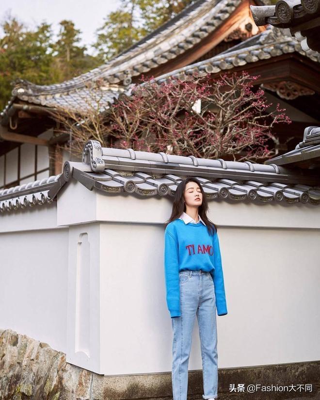 李沁穿藍色毛衣配修身牛仔褲,時尚減齡,氣質+顏值真不是蓋的!