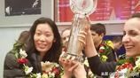 朱婷拉希奇手捧冠軍獎盃好美,瓦基弗銀行回國受到熱烈歡迎!