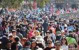 """""""小長假""""出去旅遊人多嗎?10萬遊客擠爆泰山,天安門水洩不通"""