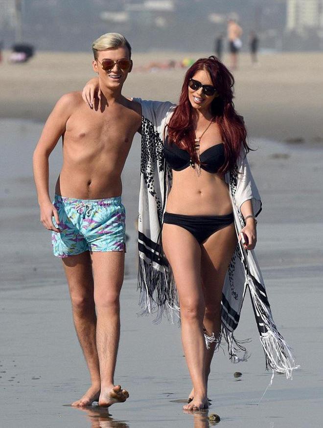 女星埃米·柴爾茲與好友海灘度假,戴著墨鏡心情非常不錯
