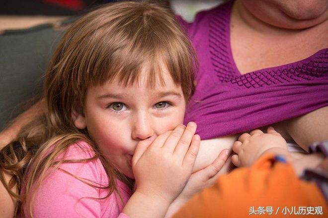 這位母親堅持給5歲上學的女兒母乳餵養,並且打算餵養到10歲