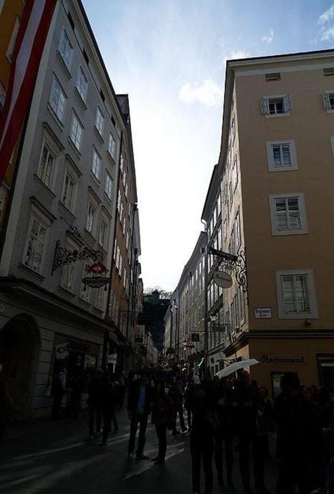 在薩爾茨堡的街道上人來人往