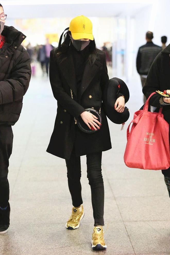 關曉彤簡約穿搭秀美腿,醒目小黃帽十足吸睛