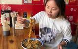 河南姑娘品嚐阜陽特色麵食,6塊錢一大碗,香辣過癮吃到爽