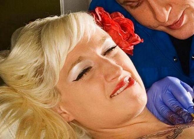 直擊:美女們紋身時 被偷拍到的各種表情包!最後一張亮了!