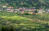 貴州有座苗族村:祖輩把大山挖成田,如今村民把遊客帶回家看田
