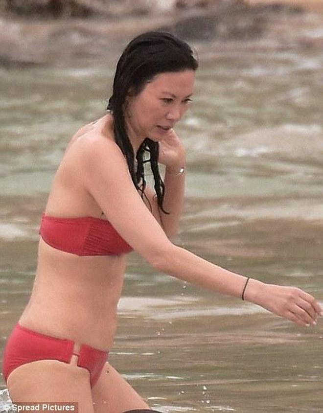 48歲鄧文迪海邊戲水被拍 身材保持的這麼好就知道她多拼了