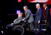 老布什不能走,小布什推輪椅