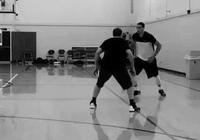 扎克-拉文與訓練師一同進行訓練