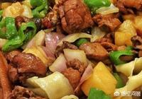 有人感覺新疆的大盤雞,其實就是馬鈴薯燒雞子,放了點紅辣椒,優點是盤子大,你怎麼看?