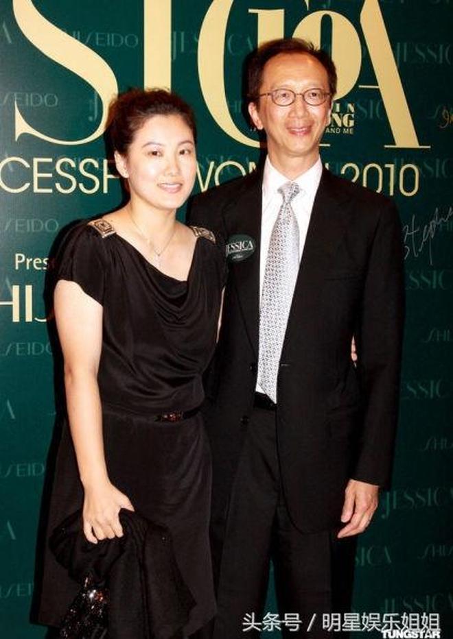 38歲伏明霞一家近照,嫁大26歲香港富商,兒女雙全乃人生贏家