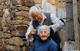 102歲老人失去大部分家人,和80歲媳婦一起生活,經常還要媳婦哄