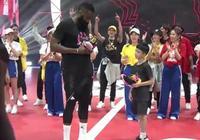 7歲小球迷三分球3投全中打服哈登,哈登將簽名球鞋送給了小球迷