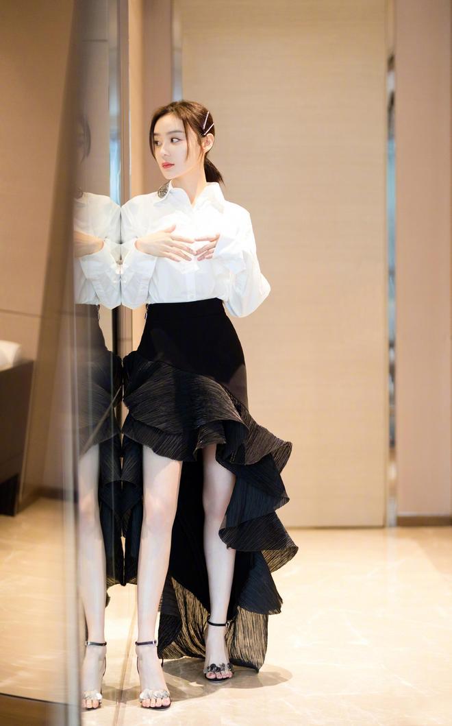 袁姍姍活動宣傳美圖,白色襯衣搭配黑色荷葉邊半身裙靚麗優雅