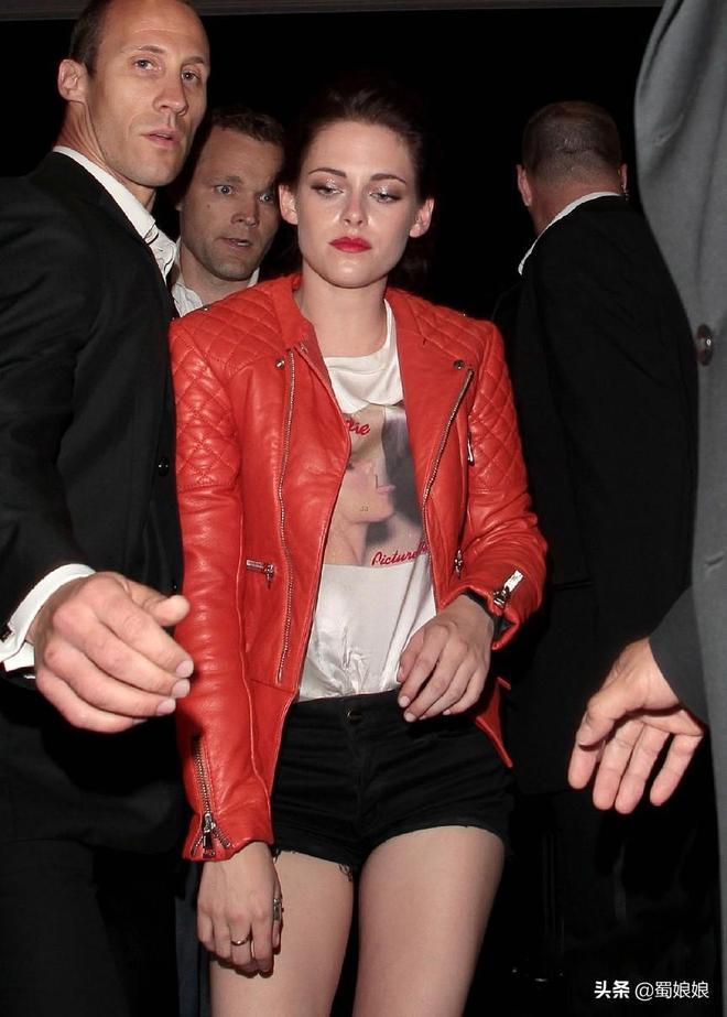 有一種吸血鬼腿叫克里斯汀,暮光男羅伯特坐她旁邊,都成了路人