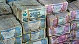 這個國家的人們窮的只剩錢了,成堆的紙幣放在街頭也不怕被人偷走