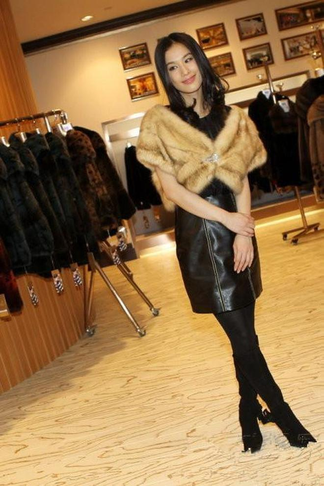 黃聖依一身黑皮裙披皮草亮相活動,秀黑絲美腿,貴婦氣質十足