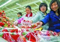 """""""媽媽,我想吃草莓。""""超市裡媽媽不同回答,孩子的人生截然不同"""