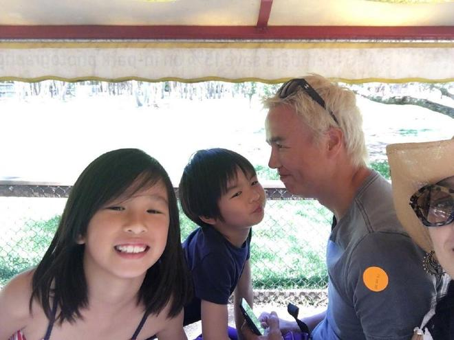 47歲張庭全家近照,素顏水嫩笑容甜美,富豪老公滿頭白髮兩人似爺孫